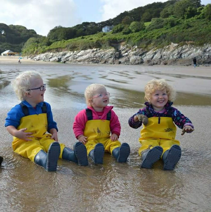 ‎Green family having fun in their waders